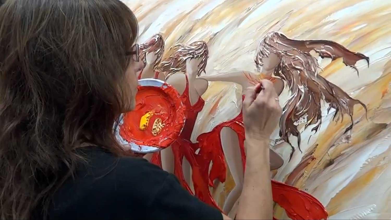 Sylvie Adaoust en peinture avec un tableau sur le thème des femmes et enfants