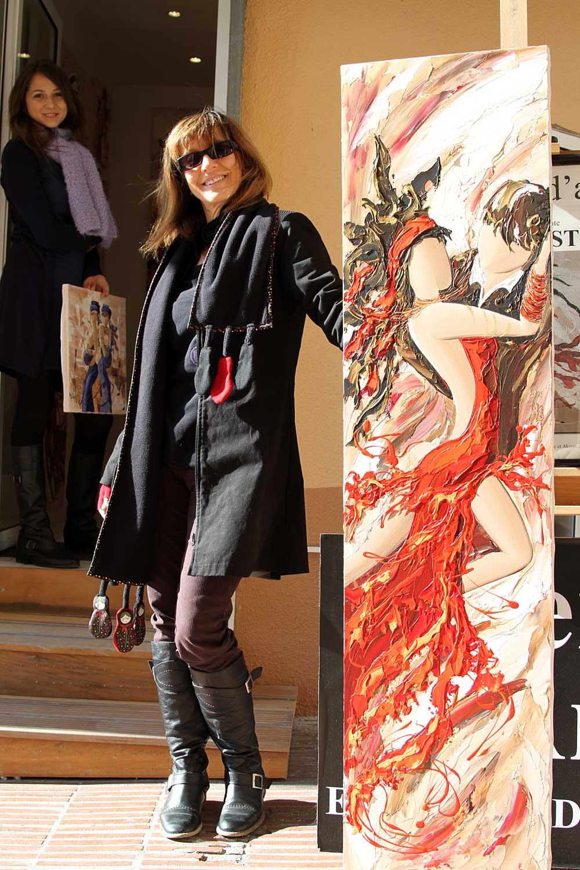 Sylvie Adaoust devant l'entrée de sa galerie d'art de Bandol avec Manyoly à coté d'un tableau qu'elle vient de finir de peindre le 31 janvier 2010