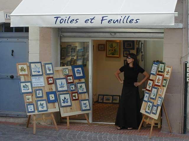 Sylvie Adaoust dans l'entrée de sa première galerie d'art à Sanary-sur-mer en décembre 2001