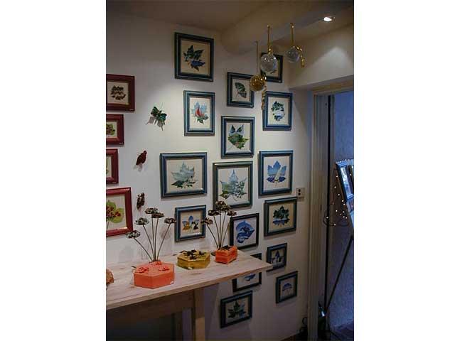 Les peintures sur feuilles naturelles sur le thème des marines de Sylvie Adaoust en décembre 2001 à Sanary-sur-mer dans le var en France exposées dans sa première galerie d'art 03