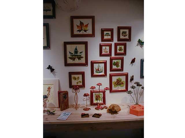 Les peintures sur feuilles naturelles sur le thème des paysages de Sylvie Adaoust en décembre 2001 à Sanary-sur-mer dans le var en France exposées dans sa première galerie d'art 02
