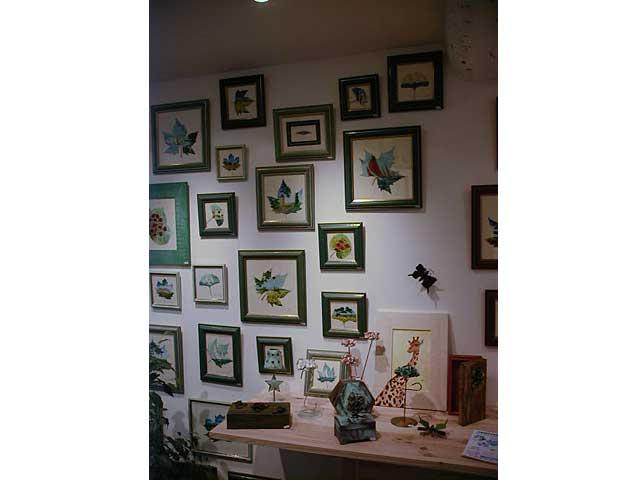 Les peintures sur feuilles naturelles sur le thème des paysages de Sylvie Adaoust en décembre 2001 à Sanary-sur-mer dans le var en France exposées dans sa première galerie d'art